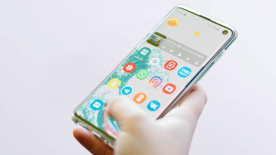 Android telefon u ruci