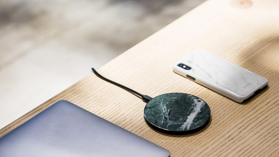Teleon i bežični punjač na stolu