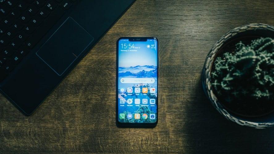 MObilni telefon koji se nalazi na stolu
