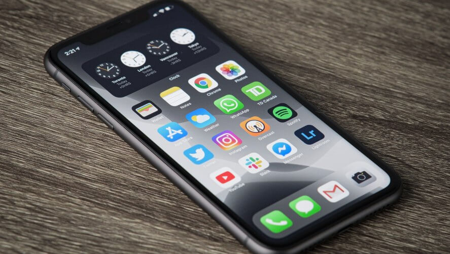 Crni IPhone telefon na stolu