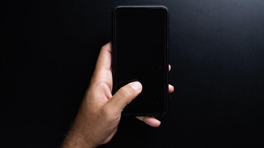 Ugašen mobilni telefon u ruci
