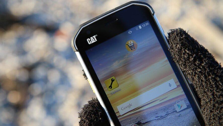 Crni Cat mobilni telefon u ruci