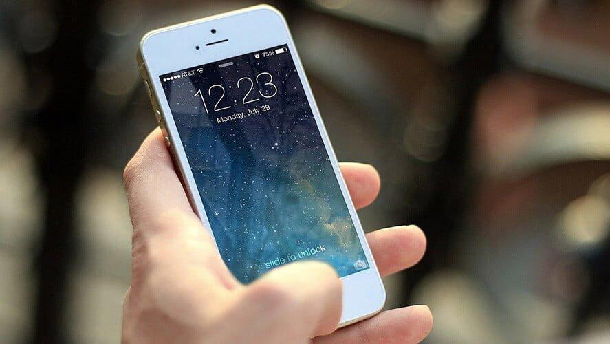 Beli Apple mobiblni telefon u ruci