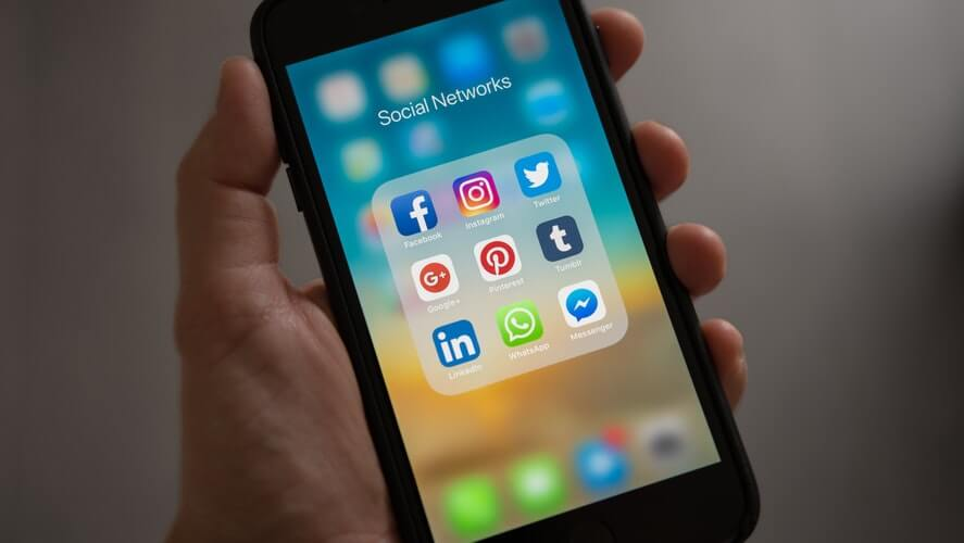 ekran pametnog telefona na kom se vide aplikakcije društvneih mreža