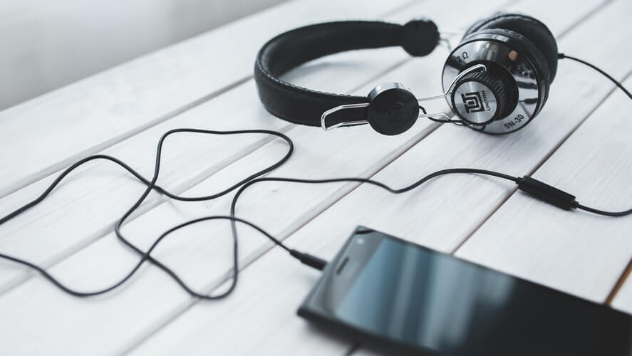 slušalice i telefon crne boje