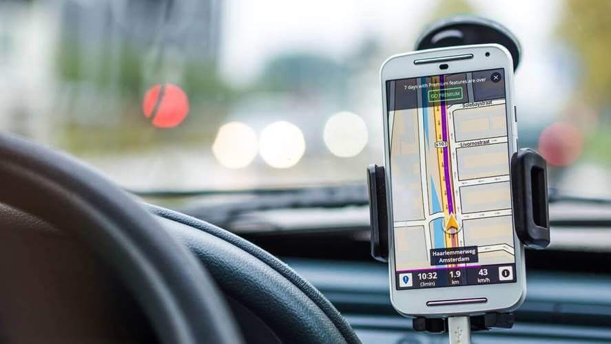 upaljena mapa na telefonu tokom voznje