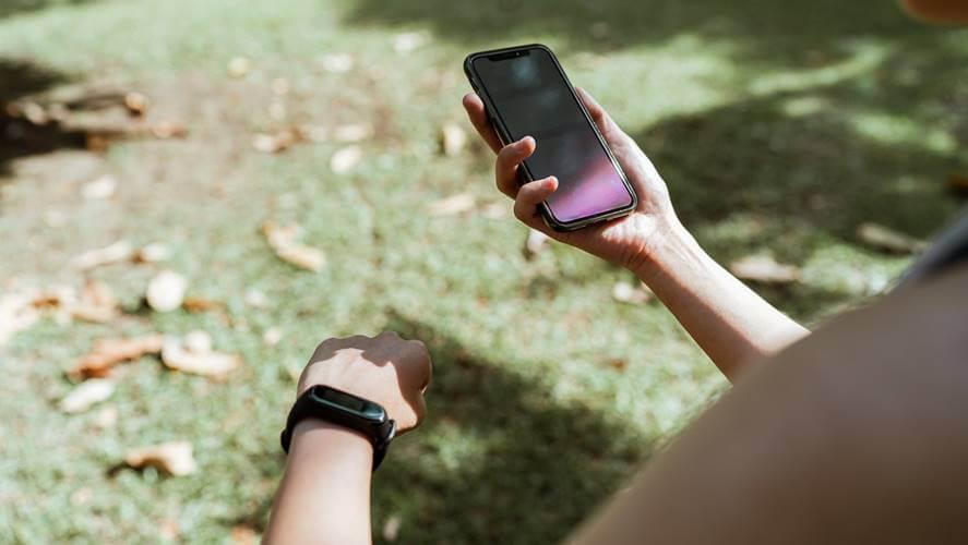 prikaz devojke sa telefonom u rukama